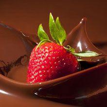 Bicchiere di cioccolato con panna e fragole
