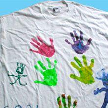 Maglietta con impronte delle mani